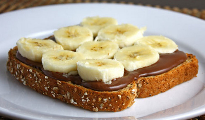 бутерброд с бананами и сгущенкой