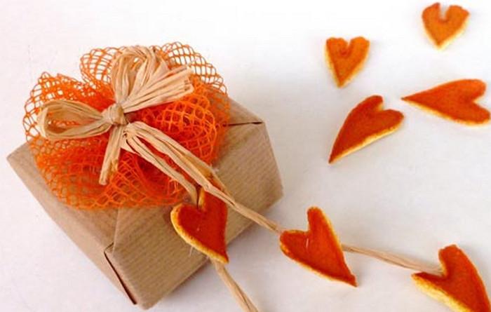 апельсиновые корки на коробке с подарком