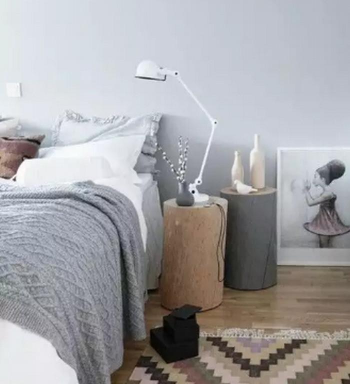 пень возле кровати
