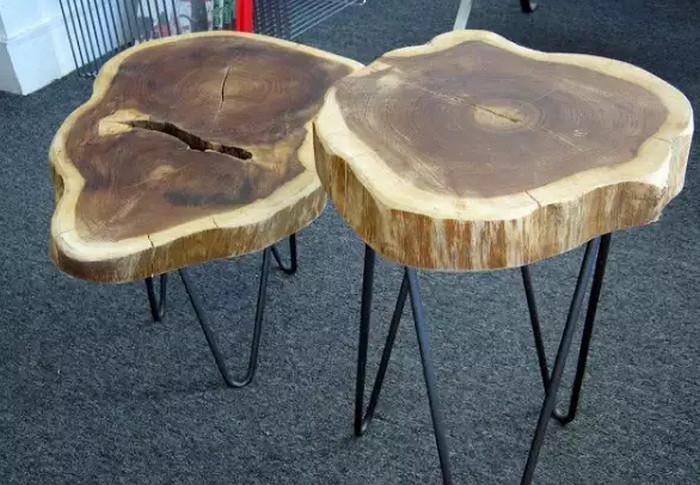 стол из дерева на металлических ножках