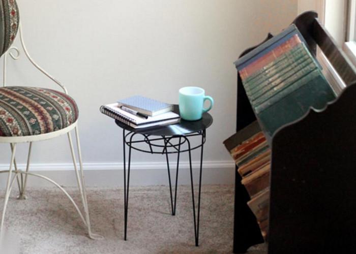 столик из виниловой пластинки