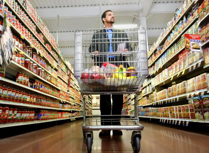 человек в супермаркете