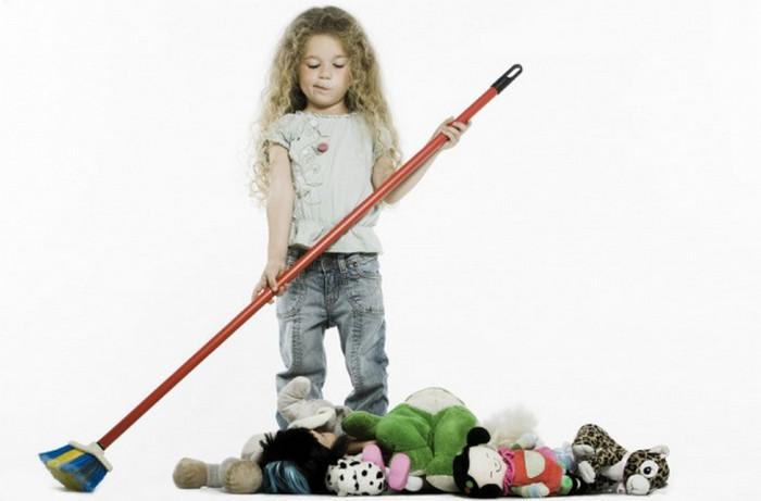 девочка подметает игрушки