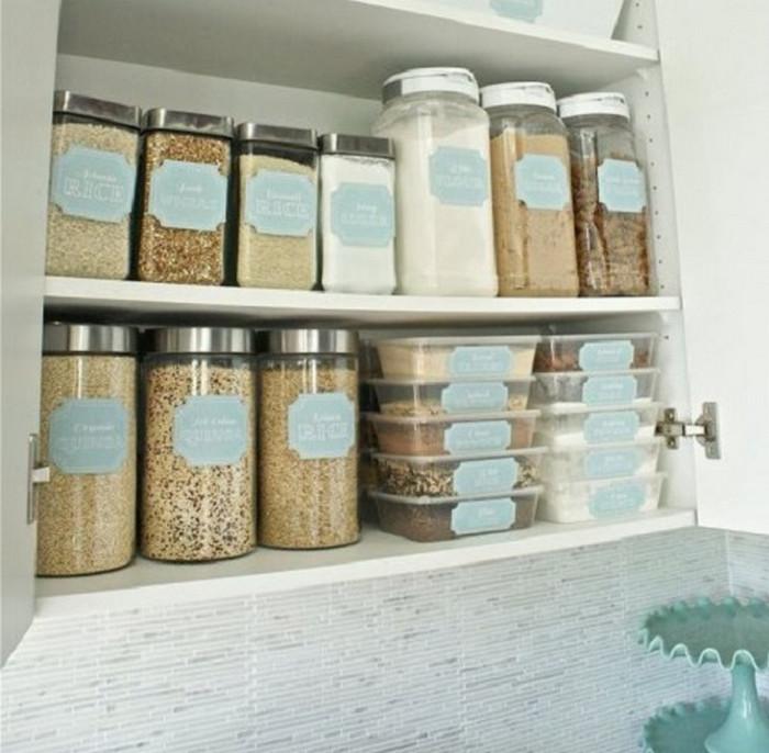 банки с сыпучими продуктами в шкафу