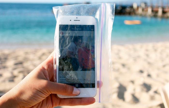 смартфон в целлофановом пакете