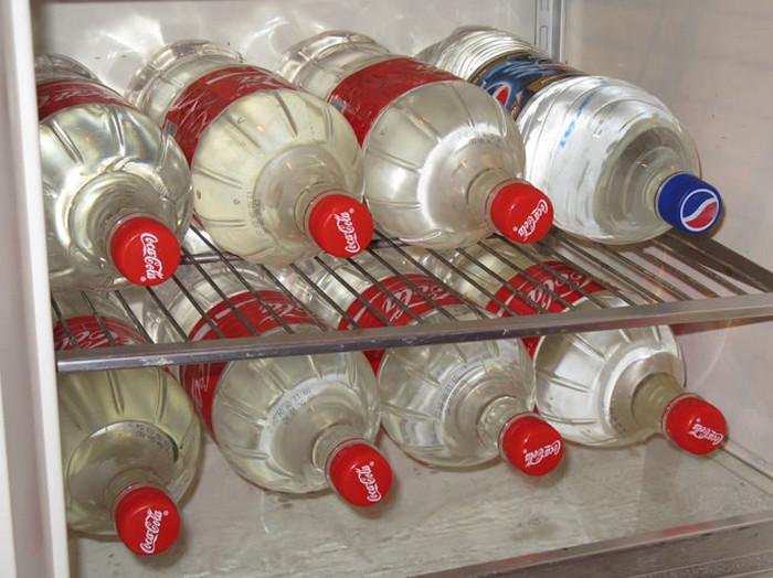 бутылки с водой в морозильной камере