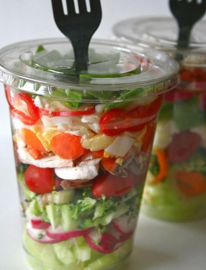 салат в пластиковом стакане