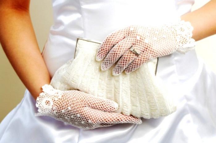 невеста держит в руках сумочку
