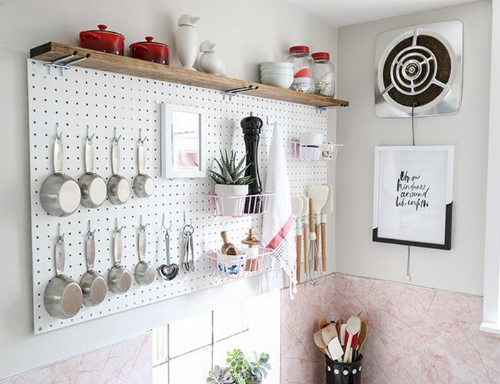 посуда на перфорированной стене