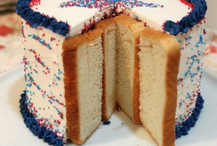 прикрепленный к срезу торта хлеб