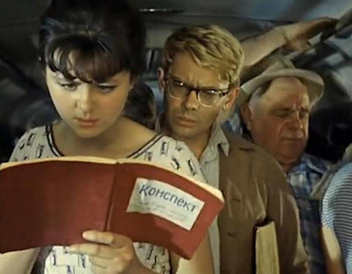 девушка читает в транспорте