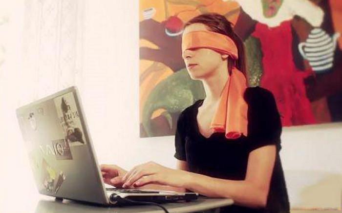 девушка с завязанными глазами печатает