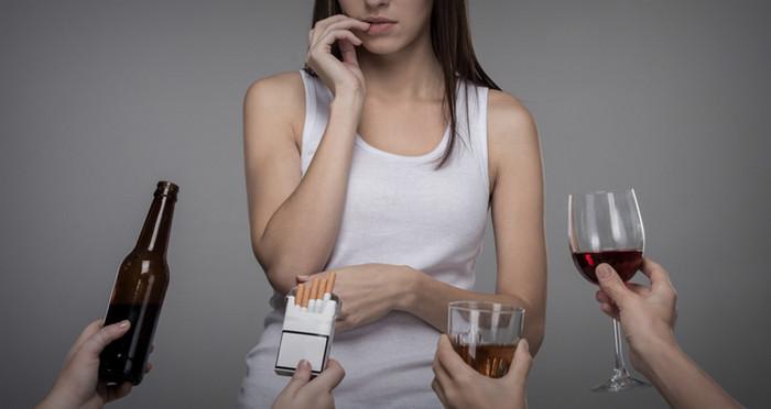 женщина отказывается от сигарет