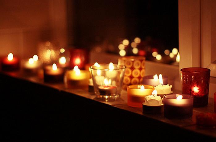 горящие в комнате свечи
