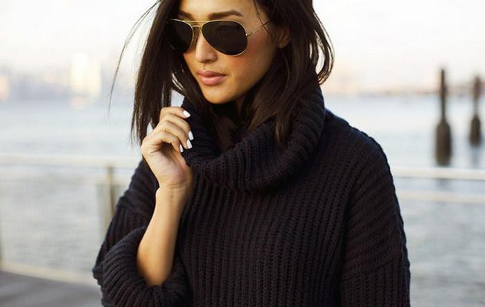 девушка в свитере оверсайз