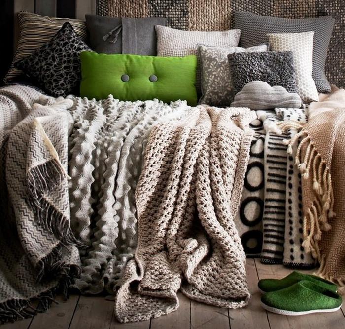 диван с пледом и подушками
