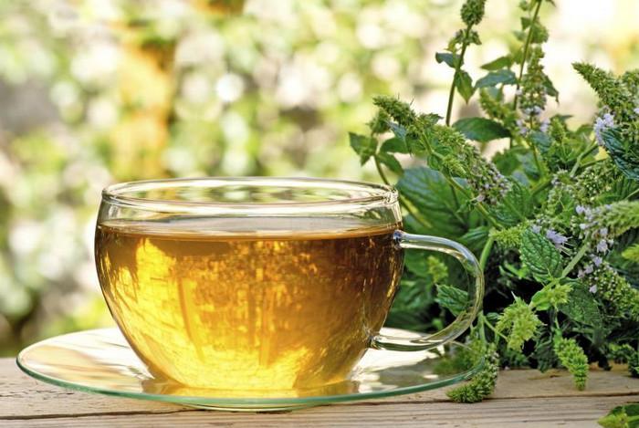 чашка с травяным чаем