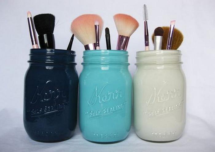 стеклянные банки с кисточками для макияжа