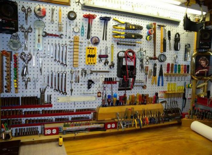 инструменты на перфорированной панели