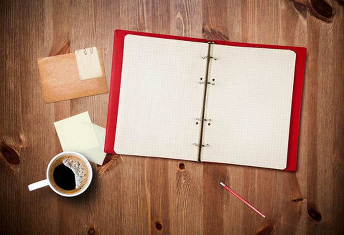 записная книга на столе