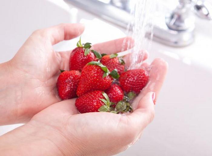 мыть клубнику