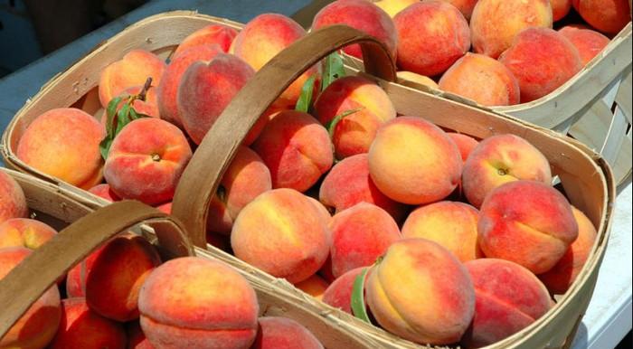 персики в корзинке