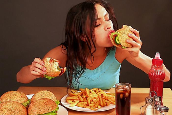 девушка ест много еды