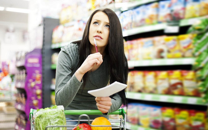 девушка в супермаркете со списком