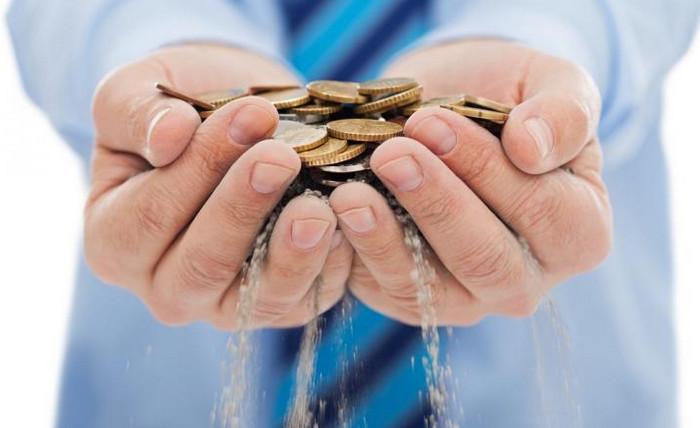 монеты высыпаются из рук