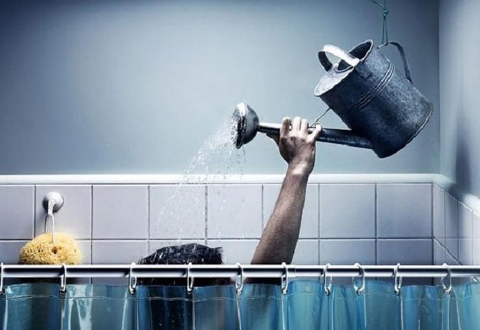 человек принимает душ