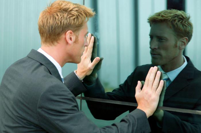 человек смотрит в зеркало