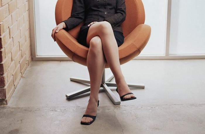 девушка со скрещенными ногами