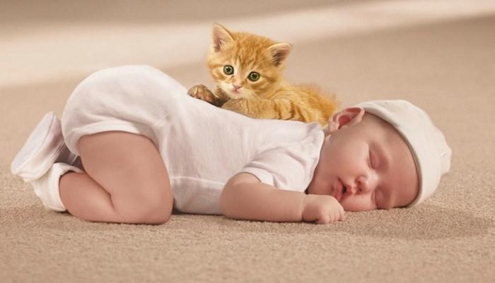 ребенок лежит на ковре