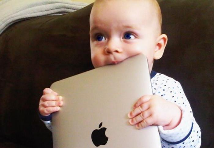 ребенок тянет в рот планшет