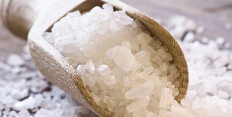 10 лайфхаков с солью, без которых жить пресно