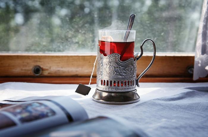 чай в подстаканнике в поезде
