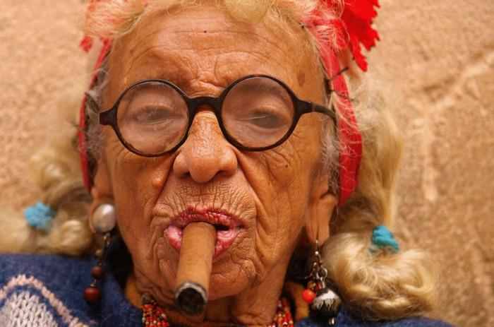 старушка курит сигару