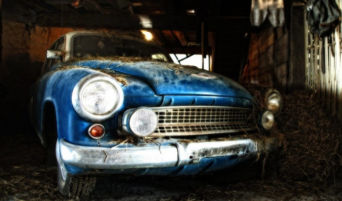 старый автомобиль в сарае