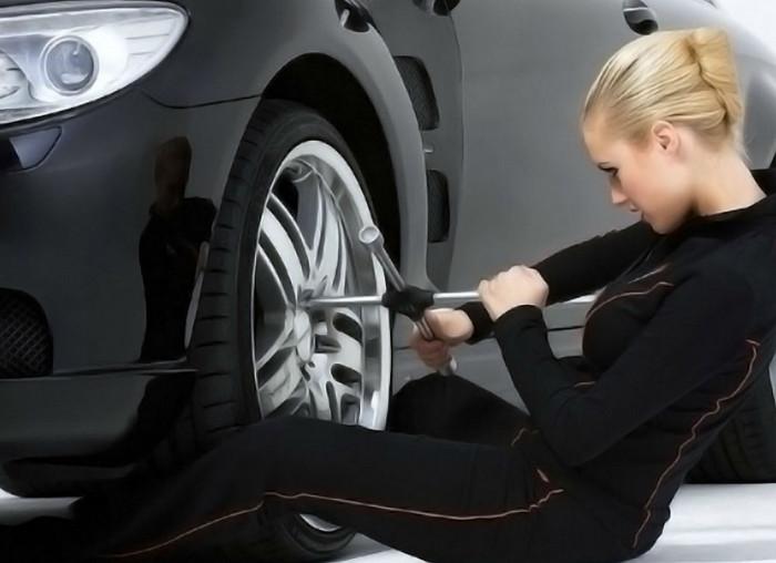 девушка ремонтирует колесо