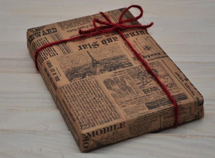 упакованный в газету подарок