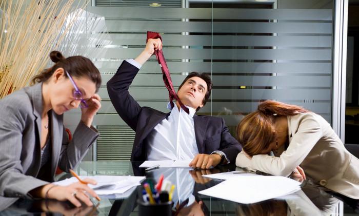 сотрудники в офисе на совещании