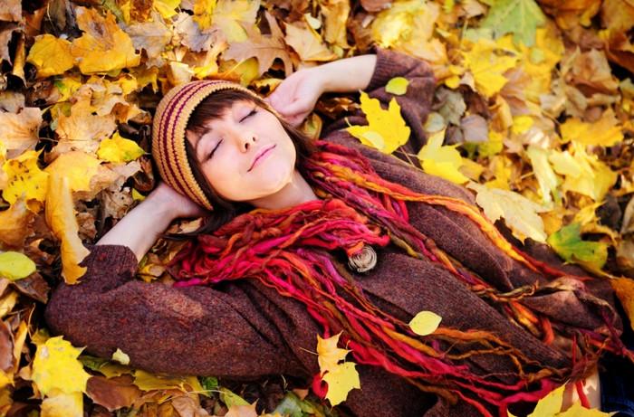 девушка лежит в опавшей листве