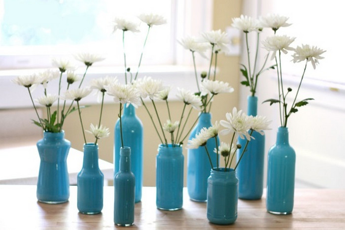 окрашенные краской изнутри бутылки с цветами