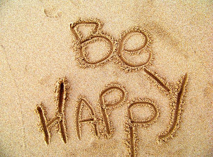 надпись на песке be happy