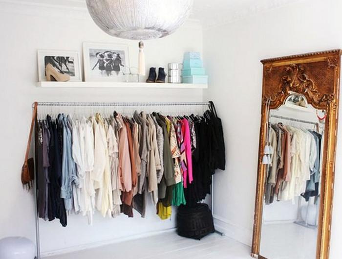 вешалки с одеждой на штанге