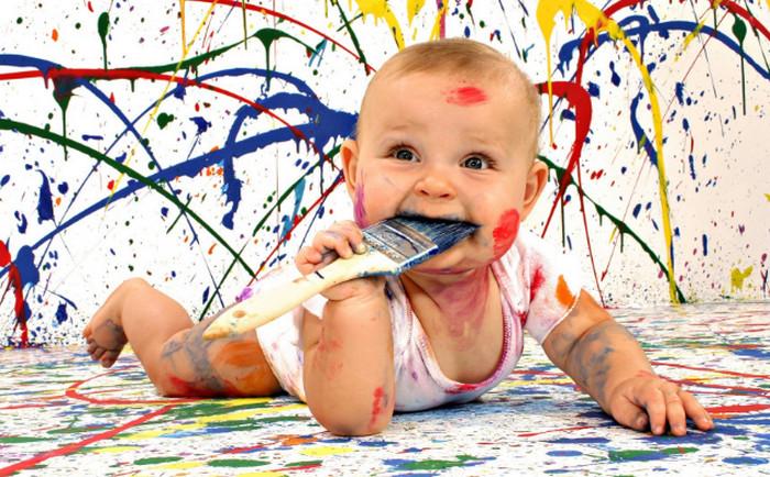 вымазанный красками ребенок