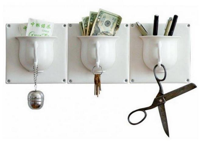 органайзер из разрезанных и приклеенных к стене чашек