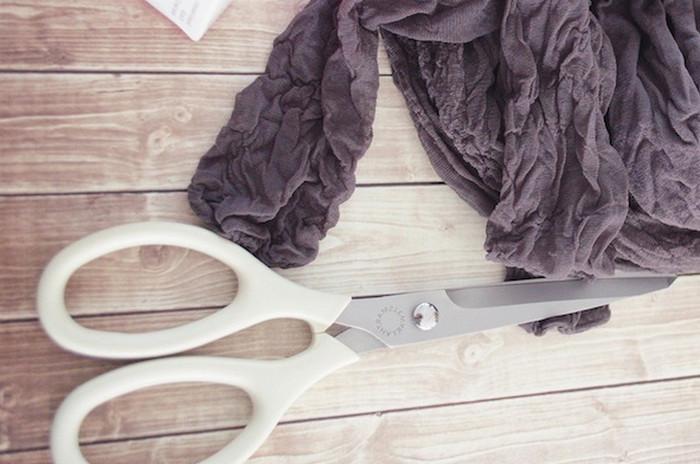 капроновые колготки и ножницы