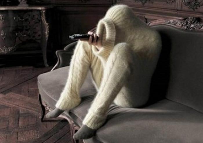 человек в свитере у телевизора