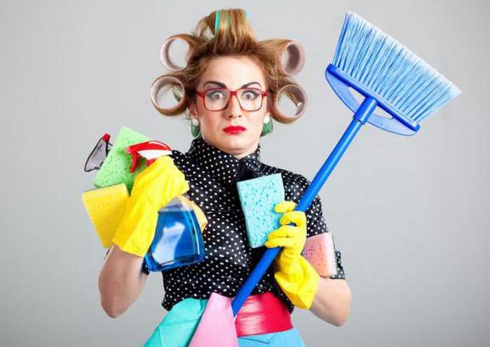 женщина со средствами для уборки в руках